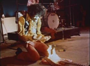 Jimi Hendrix enflamme sa Fender